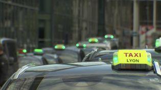 La crise et ses conséquences :les chauffeurs de taxi doivent faire face à un ralentissement de leur activité.Certains d'entre eux ont perdu jusqu'à90%de leur chiffre d'affaires.  (france 2)