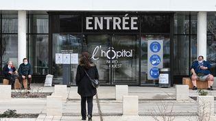 L'entrée de l'hôpital de Villefranche-sur-Saône (Rhône), le 16 février 2021. (PHILIPPE DESMAZES / AFP)