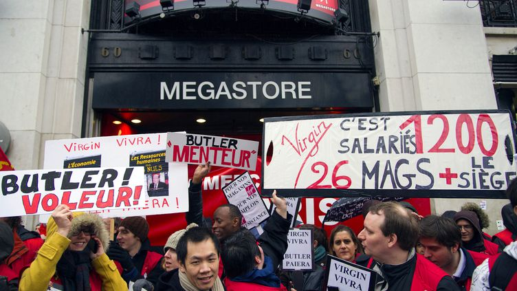 Des salariés de Virgin Megastore manifestent devant le magasin des Champs-Elysées, à Paris, le 29 janvier 2013. (LIONEL BONAVENTURE / AFP)