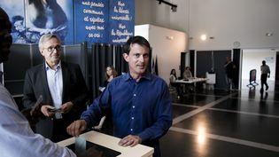Manuel Valls vote dans le cadre du second tour des élections législatives, le 18 juin 2017, à Evry (Essonne). (MAXPPP)
