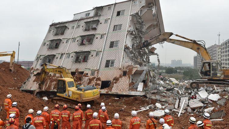 Les sauveteurs sur le site du glissement de terrain à Shenzhen, province du Guangdong (Chine), le 22 décembre 2015 (LIANG XU / XINHUA / AFP)