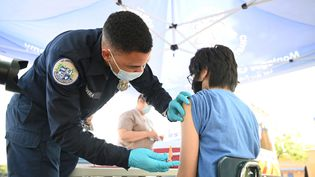 Un soignant administre une dose de vaccinPfizer, à Los Angeles, Californie, le 23 août 2021. (ROBYN BECK / AFP)