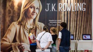 Des visiteurs devant le stand dédié à J.K. Rowling à la Foire du livre de Sao Paulo (Brésil), le 19 août 2012. (YASUYOSHI CHIBA / AFP)