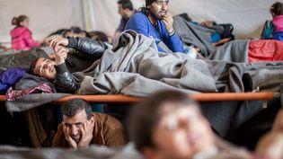 Des migrants ont trouvé refuge dans l'une des tentes communes du camp d'Idomeni après une forte pluie, le 4 mars 2016. (MICHAEL KAPPELER / DPA)