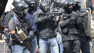 """Des policiers armés de LBD le 11 mai 2019 à Nantes, lors d'une manifestation de """"gilets jaunes"""". (SEBASTIEN SALOM-GOMIS / AFP)"""