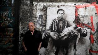 Le plasticien Ernest Pignon-Ernest devant son portrait de Pasolini (PHOTOPQR/LA PROVENCE/MAXPPP)