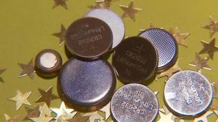 On les retrouve dans certains jouets, notamment sous le sapin. Les piles boutons peuvent représenter un danger mortel pour les enfants qui peuvent les ingérer. (FRANCE 3)