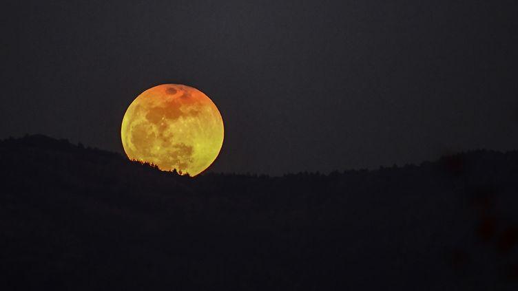 Eclipse de Lune du 31 janvier 2018 sur les montagnes entre la Syrie et la Turquie (RADIO FRANCE / OZAN KOSE / AFP)