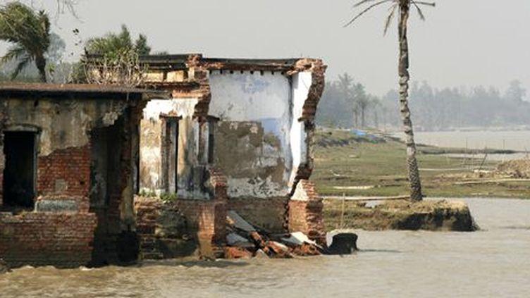 Habitation sur l'ile indienne de Sunderbans grignotée par la mer. (Reuters/ Jayanta shaw (India))