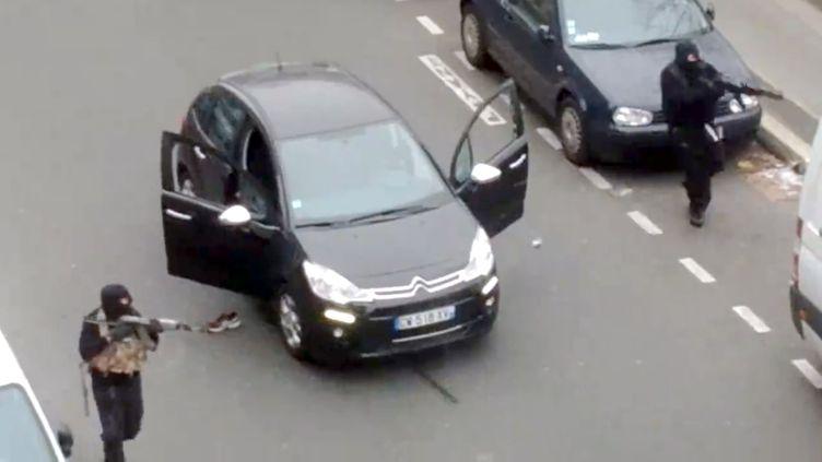 """Capture d'écran de la vidéo amateur montrant les deux tueurs de """"Charlie Hebdo"""", à Paris, le 7 janvier 2015. (JORDI MIR / COURTESY OF JORDI MIR)"""