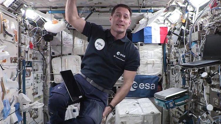 """L'astronaute français Thomas Pesquet dans l'ISS le 3 septembre 2021 dans le pré-enregistrement d'un message depuis l'espace, qui a été diffusé le 5 septembre à Paris durant la """"Dictée Géante"""". (AFP / EUROPEAN SPACE AGENCY)"""