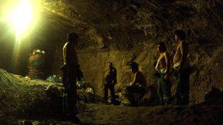 Un officier chilien avec les mineurs bloqués dans la mine de San José, pendant l'opération de secours, le 13 octobre 2010 à Copiapo (Chili). (CHILEAN NAVY / AFP)