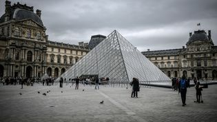 Le musée du Louvre à Paris, le 28 février 2020. (STEPHANE DE SAKUTIN / AFP)