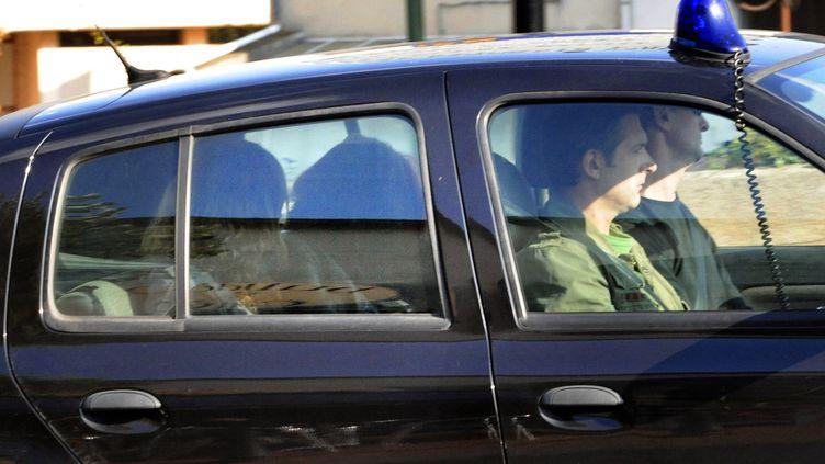 La police emmène Alexandrine Brugerolle de Fraissinetteaprès une nouvelle perquisition à son domicile, le 24 septembre 2008, à Issoire (Puy-de-Dôme). (THIERRY ZOCCOLAN / AFP)