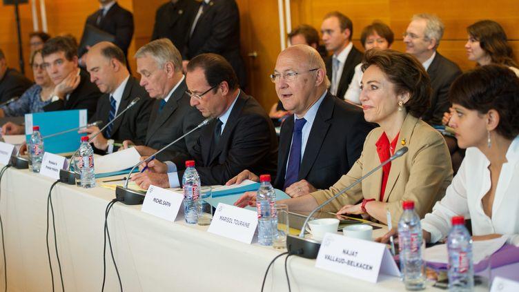 François Hollande entouré de ses ministres, le 20 juin 2013, lors de la conférence sociale, à Paris. (MAXPPP)