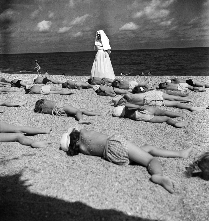 Enfants de la colonie de vacances de FIATWerke Turin bronzant sur la côte ligurienne, Noli, italie, 1948  (Paul Senn)
