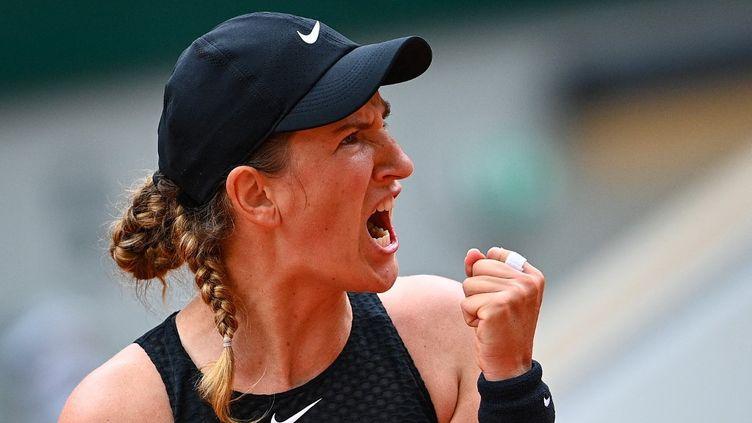 Victoria Azarenka s'est qualifiée pour les huitièmes de finale de Roland-Garros, vendredi 4 juin 2021. (CHRISTOPHE ARCHAMBAULT / AFP)