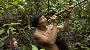 """Santiago, unIndien de la tribu Makuna, en Amazonie, recontré lors d'une expédition de """"La Boudeuse"""", en novembre 2004. (ERIC FEFERBERG / AFP)"""