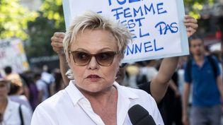 Muriel Robin lors d'une manifestation pour lutter contre les violences faites aux femmes, le 6 juillet 2019, place de la République, à Paris. (SAMUEL BOIVIN / NURPHOTO / AFP)