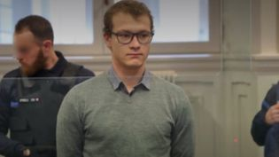 En Savoie, un étudiant en psychologie de 24 ans est jugé depuis lundi 27 janvier pour avoir tué un homme sans domicile fixe en 2015. Lors de son arrestation, il avait déclaré aux policiers avoir agi pour voir ce que cela faisait de tuer. (france 3)