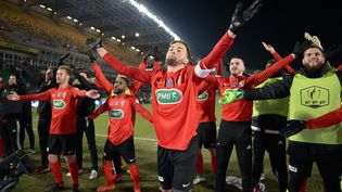 La joie des joueurs des Herbiers, lors de leur victoire contre Lens en quart de finale de la Coupe de France. (JEAN-SEBASTIEN EVRARD / AFP)