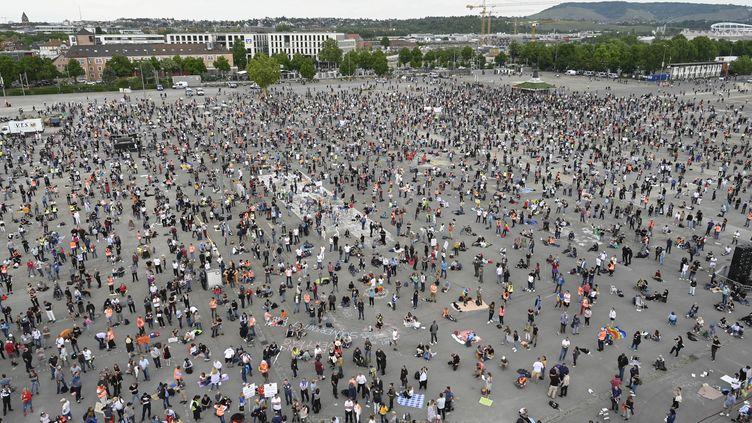 Une manifestation contre les restrictions mises en œuvre pour limiter la propagation du coronavirus à Stuttgart en Allemagne, le 9 mai 2020 (photo d'illustration). (MARKUS RIEDLE / AFP)