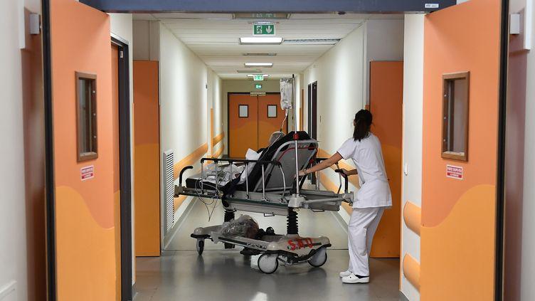 Une infirmière dans les couloirs de l'hôpital de la Timone à Marseille, en janvier 2017. (BORIS HORVAT / AFP)