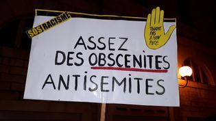 Pancarte brandie lors d'un assemblement contre l'antisémitisme à Besançon (Doubs) le 19 février 2019 (ILLUSTRATION). (ANNE FAUVARQUE / FRANCE-BLEU BESANÇON)