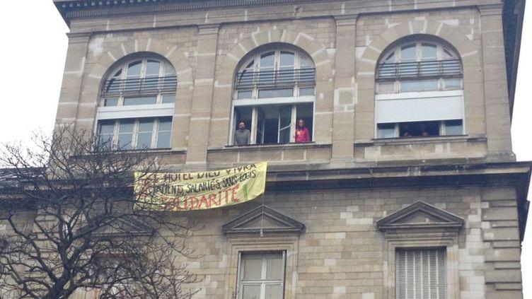 Près de 200 personnes occupent l'Hôtel-Dieu, sur l'Île de la Cité à Paris, depuis samedi 7 janvier après-midi. (MARION AQUILINA TWITTER/ RADIO FRANCE)