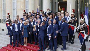 L'équipe de France prend la pose sur le perron de l'Elysée, lundi 16 juillet. (STEPHANE ALLAMAN / AFP)