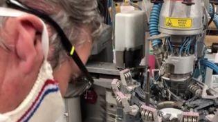 Une entreprise de chaussettes fabrique des dizaine de milliers de masques en tissus, au point que cela représente 90% de son activité actuelle. (FRANCE 3)