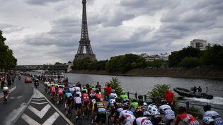 Le peloton s'approche de la Tour Eiffel, le 23 juillet 2017, lors de la dernière étape du Tour de France, à Paris. (PHILIPPE LOPEZ / AFP)
