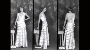 """Exposition """"1931 face-dos-profil"""" : Robe du soir Paquin, 13 août 1931, Tirage gélatino-argentique. Jusqu'au 6 juillet 2013 à la Galerie du Crédit Municipal de Paris.  (© Archives de Paris / D12U10 297)"""