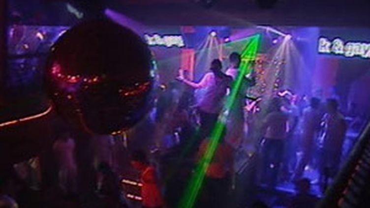 Musique et effets laser en boîte de nuit... (France 2)