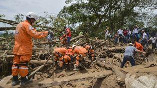 Des secouristes tentent de retrouver des survivants, le 2 avril 2017, après la coulée de boue qui a dévasté la ville de Mocoa (Colombie). (LUIS ROBAYO / AFP)