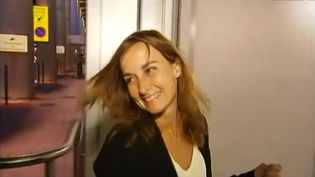 La fille de l'ex-otage au Niger Daniel Larribe, Maud Larribe, à Montpellier (Hérault), après un échange téléphonique avec son père, le 29 octobre 2013. ( FRANCE 2 / FRANCETV INFO)