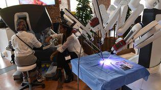 """Un robot médical """"Da Vinci"""" en démonstration au Festival international de la Robotique à Milan (Italie), le 12 septembre 2017. (MIGUEL MEDINA / AFP)"""