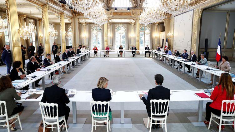 Emmanuel Macron et le Premier ministre Jean Castex réunis le 7 juillet 2020 en Conseil des ministres avec le nouveau gouvernement qui attend encore ses secrétaires d'Etat.  (IAN LANGSDON / AFP)