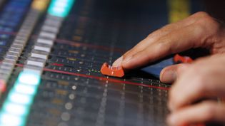 Un technicien radio à l'oeuvre (image prétexte)  (Kenzo Tribouillard / AFP)