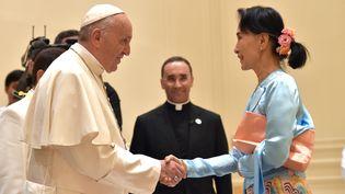 Le pape Françoisrencontre la leader birmane Aung San Suu Kyi à Naypyidaw, le 28 novembre 2017. (OSSERVATORE ROMANO / AFP)
