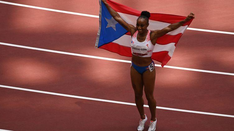 La PortoricaineJasmine Camacho-Quinn peut exulter : elle a été sacrée championne olympique du 100 m haies, lundi 2 août à Tokyo. (INA FASSBENDER / AFP)