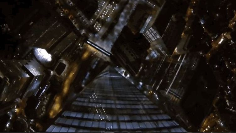 """Capture d'écran du saut filmé le 30 septembre 2013 par quatre """"base jumpers"""" installés en haut de la tour remplaçant le World Trade Center à Nex York ( YOUTUBE / FRANCETV INFO )"""