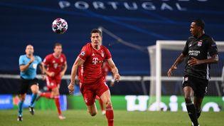 Le Munichois Robert Lewandowski (à gauche) et le LyonnaisMarcelo, en demi-finale de la Ligue des champions, mercredi 19 août à Lisbonne (Portugal). (FRANCK FIFE / POOL / AFP)