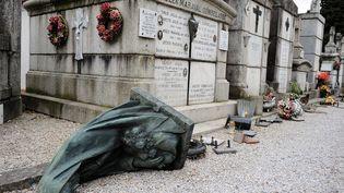 Des tombes vandalisées dans le cimetière Saint-Roch de Castres (Tarn), le 15 avril 2015. (REMY GABALDA / AFP)