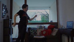 Atteinte de la maladie de Parkinson, VaninaRenard Cuvillier suite des ateliers de danse-thérapie en ligne pour se sentir mieux dans son corps. (France Info)
