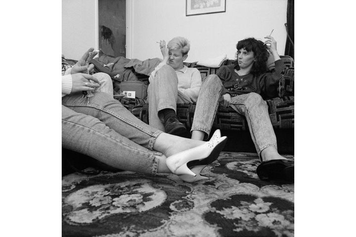 """Ken Grant, """"Lisa and Tracy's sister"""", Birkenhead, 1990 (exposition """"Home Sweet Home"""")  (Rencontres d'Arles)"""