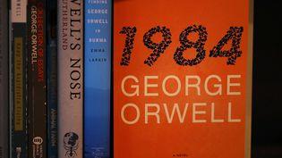 """Une édition de """"1984"""" de George Orwell dans les rayonnages d'une librairie de Los Angeles, le 25 janvier 2017. (JUSTIN SULLIVAN / GETTY IMAGES NORTH AMERICA / AFP)"""