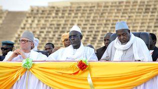Cherif Ousmane Madani Haidara (au centre de la photo) remplace Mahmoud Dicko (à droite de la photo) à la tête du très influent Haut conseil islamique du Mali (HABIBOU KOUYATE / AFP)