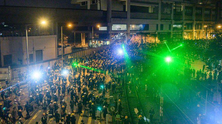 Pourempêcherles passants et les policiers de filmer leurs visages, les manifestants hongkongais se sont armés de lasers. (PHILIP FONG / AFP)