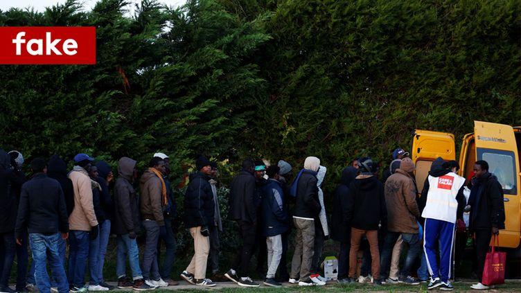 Des migrants lors d'une distribution de repas par une association, à Ouistreham (Calvados). (CHARLY TRIBALLEAU / AFP)